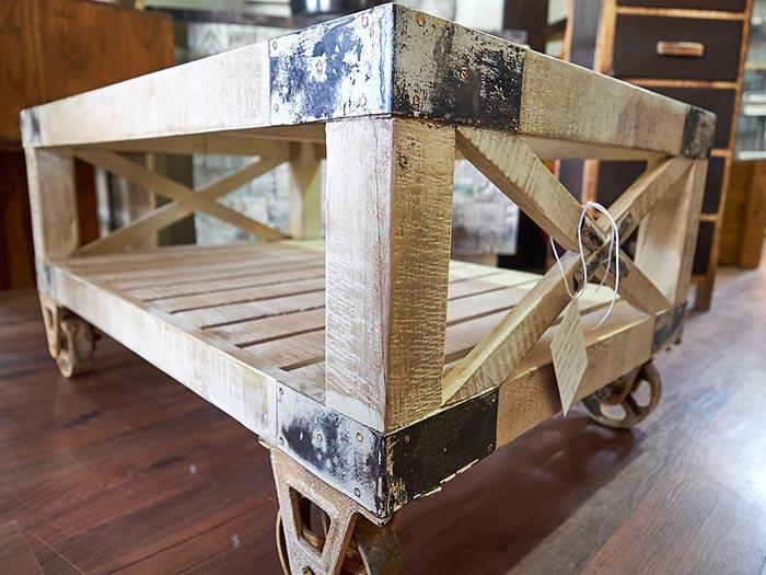 Tavolini In Legno Bianco : Tavolino industrial bianco con ruote in offerta prezzo stock