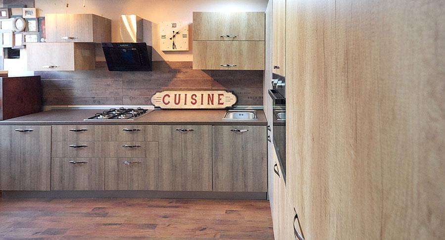 cucina angolare con dispensa