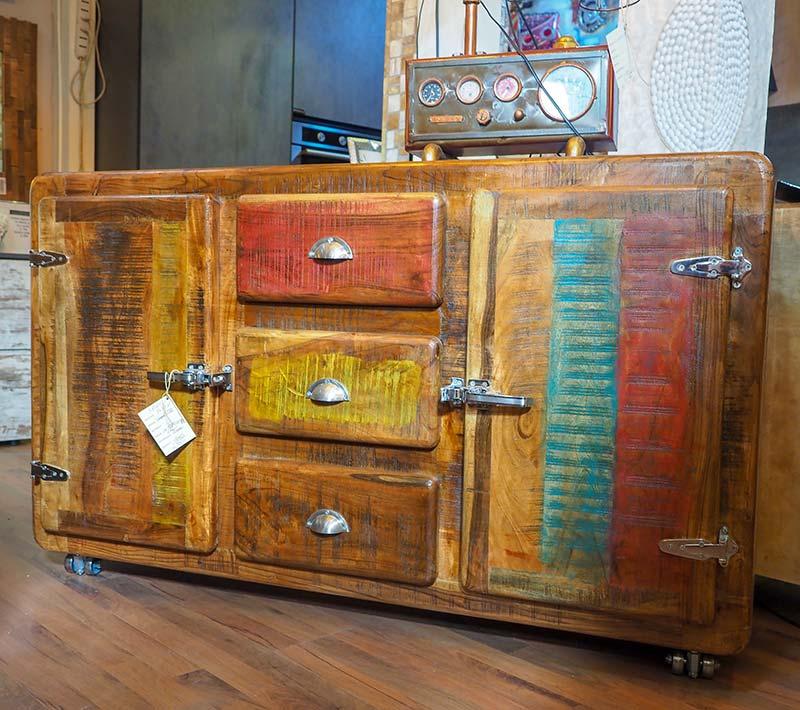 Credenza colorata in stile vintage molto particolare for Consolle colorata