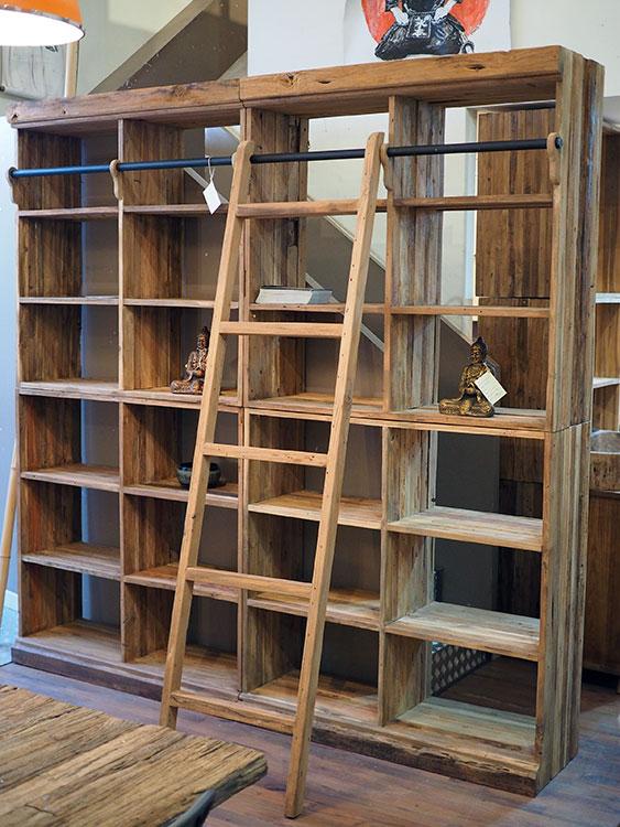 Libreria etnica con scala in legno massello di Suar