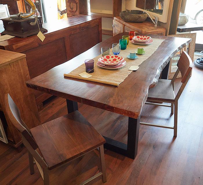 Tavolo in legno massiccio di noce