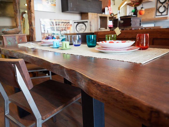 Tavolo in legno massiccio di noce forma particolare
