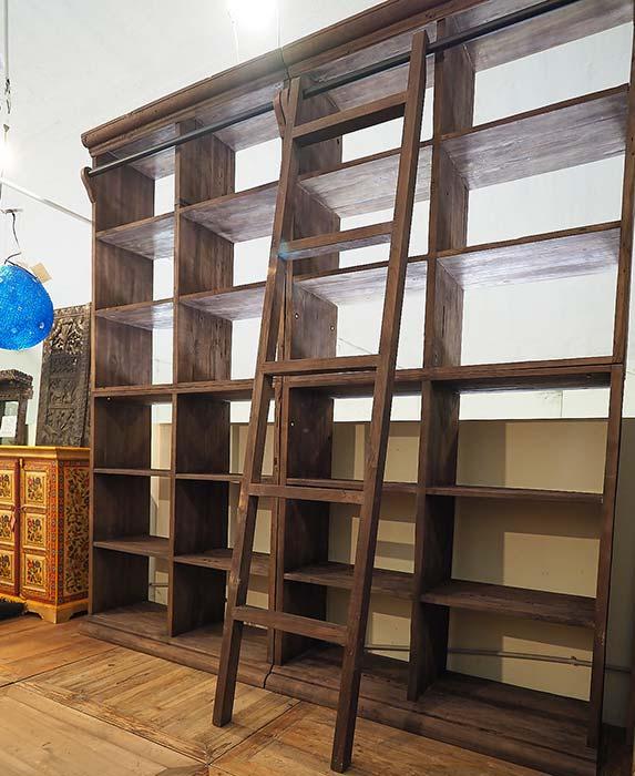 Libreria a parete con scala
