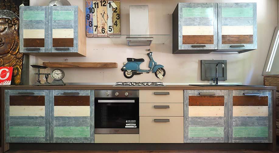 cucina lineare colorata