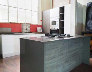 cucina bianca con isola