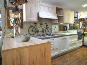 Cucina lineare con penisola shabby